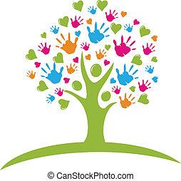 Árbol con manos y figuras de corazones
