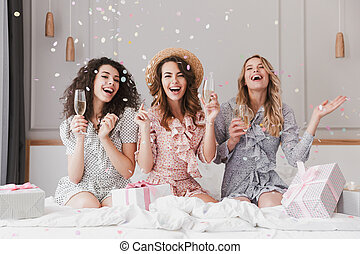 20s, confeti, apartamento, ducha, retrato, nupcial, champaña, elegante, caer, excitado, vestidos, mujeres, celebrar, hermoso, llevando
