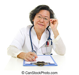 3º edad, hembra asiática, doctor
