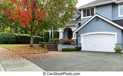 A principios de otoño con la casa de una familia soltera residencial moderna