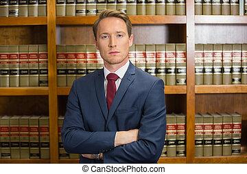 Abogado frunciendo el ceño en la biblioteca de leyes