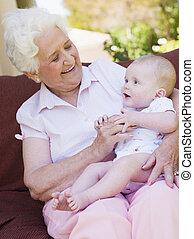 abuela, bebé, sonriente, patio, aire libre