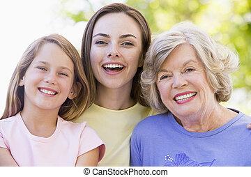 Abuela con hija adulta y nieto en el parque