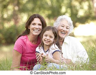 Abuela con hija y nieta en el parque