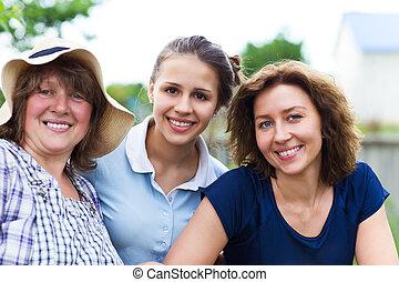 Abuela con hija y nieta