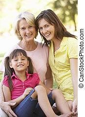 Abuela con madre e hija en el parque