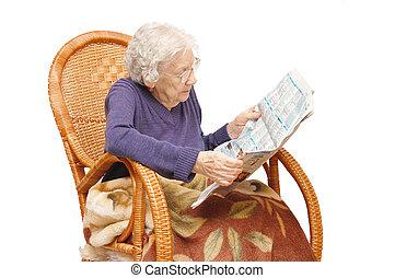 abuela, sillón, lee, periódico