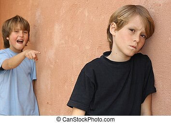 Aburrido de la escuela, abusando de un niño en el patio