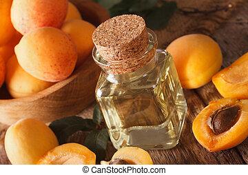 Aceite de albaricoque saludable en una botella de vidrio macro. Horizontal