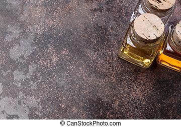 Aceite de oliva y botellas de vinagre en un fondo rústico