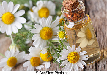 Aceite fragante de manzanilla en botella de vidrio macro horizontal