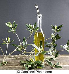 Aceite italiano embotellado con rama de olivo