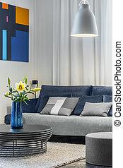 Acogedor salón con sofá