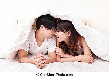 acostado, pareja, encantador, joven, cama