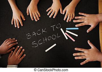 Actividades de educación en la escuela, niños felices aprendiendo