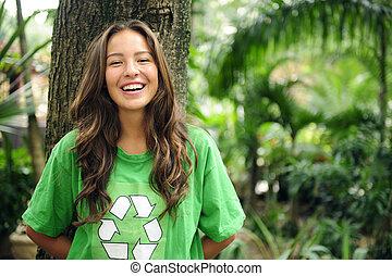activista ambiental en el bosque usando camiseta reciclada