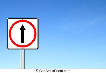 Adelante por el camino, señal hacia adelante con el cielo azul