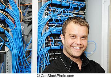 Administrador en la sala de servidores