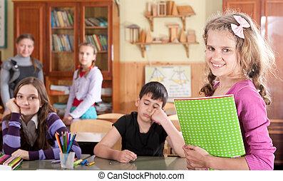 adolescente, frente, colegiala, clase, bastante