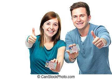 Adolescentes felices mostrando su licencia de conducir