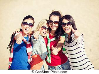 Adolescentes o mujeres jóvenes mostrando sus pulgares