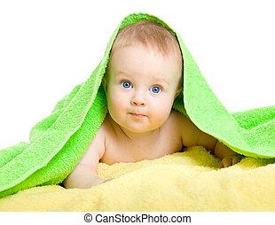 Adorable bebé en toalla colorida