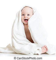 Adorable bebé feliz en toalla