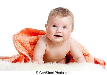 Adorable bebé feliz en toalla colorida