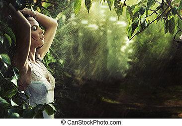 Adorable morena sexy en un bosque tropical