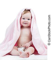 Adorable niña feliz en toalla