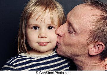 Adorables niños y padres. Papá besando a su bebé, amando a su familia