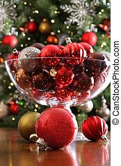 adornos navideños sobre la mesa frente al árbol