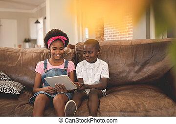 africano, digital, hermano, utilizar, sofá, norteamericano, tableta, sentado