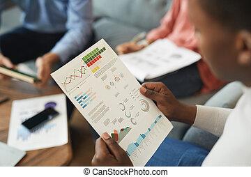 africano, hombre de negocios, gráfico, datos, lectura