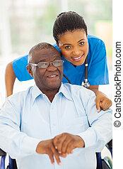 Afroamericano y cuidador joven cuidador