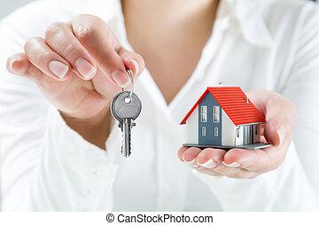 Agente de bienes raíces entregando llaves