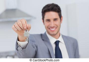 Agente de bienes raíces presentando la llave de la casa