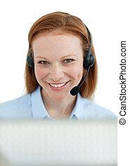 Agente de servicio de clientes sonriente con auriculares