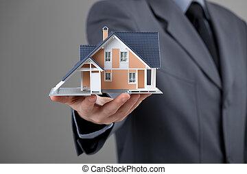 Agente inmobiliario con casa