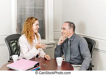 Agente inmobiliario hablando con el cliente