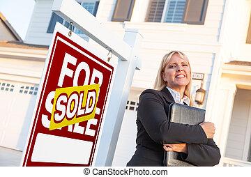 agente, propiedad, señal, hermoso, hembra, verdadero, frente, vendido, venta, casa