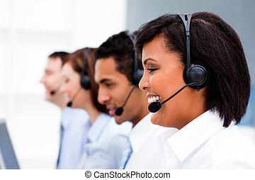 Agentes de servicio al cliente con auriculares puestos