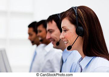 Agentes de servicio al cliente multiétnico con auriculares