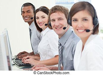 Agentes de servicio de clientes con auriculares