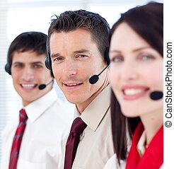 Agentes de servicio de clientes con auriculares puestos