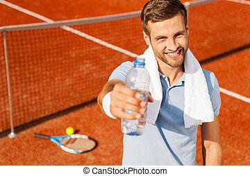 agua, extensión, extinguir, polo, feliz, su, thirst!, joven, botella, tribunal, hombre, camisa, toalla, posición, tenis, hombros, afuera, mientras
