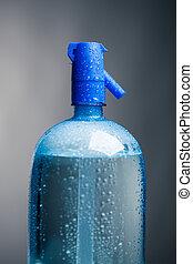 Agua potable en una botella