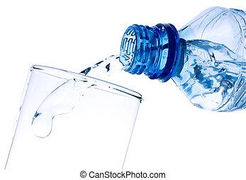 Agua pura se vierte de una botella en un vaso