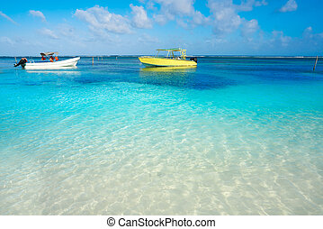 Agua turquesa tropical del Caribe