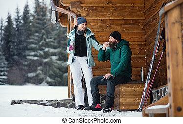 aire libre, cruz, pareja, bebida, de madera, té, país, maduro, choza, naturaleza, invierno, skiing.